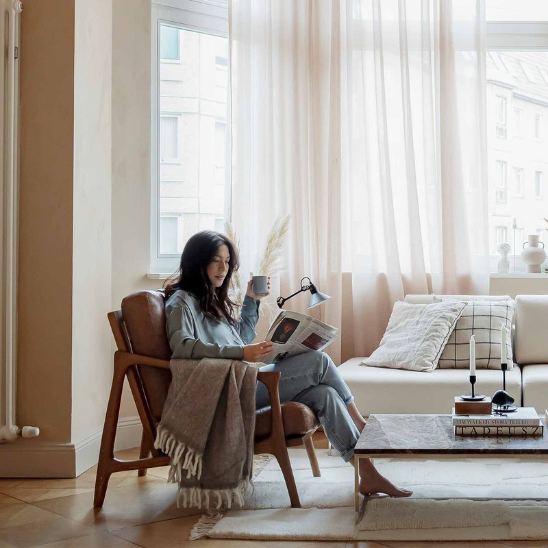Mood picture, woman, living room, journal, coffee
